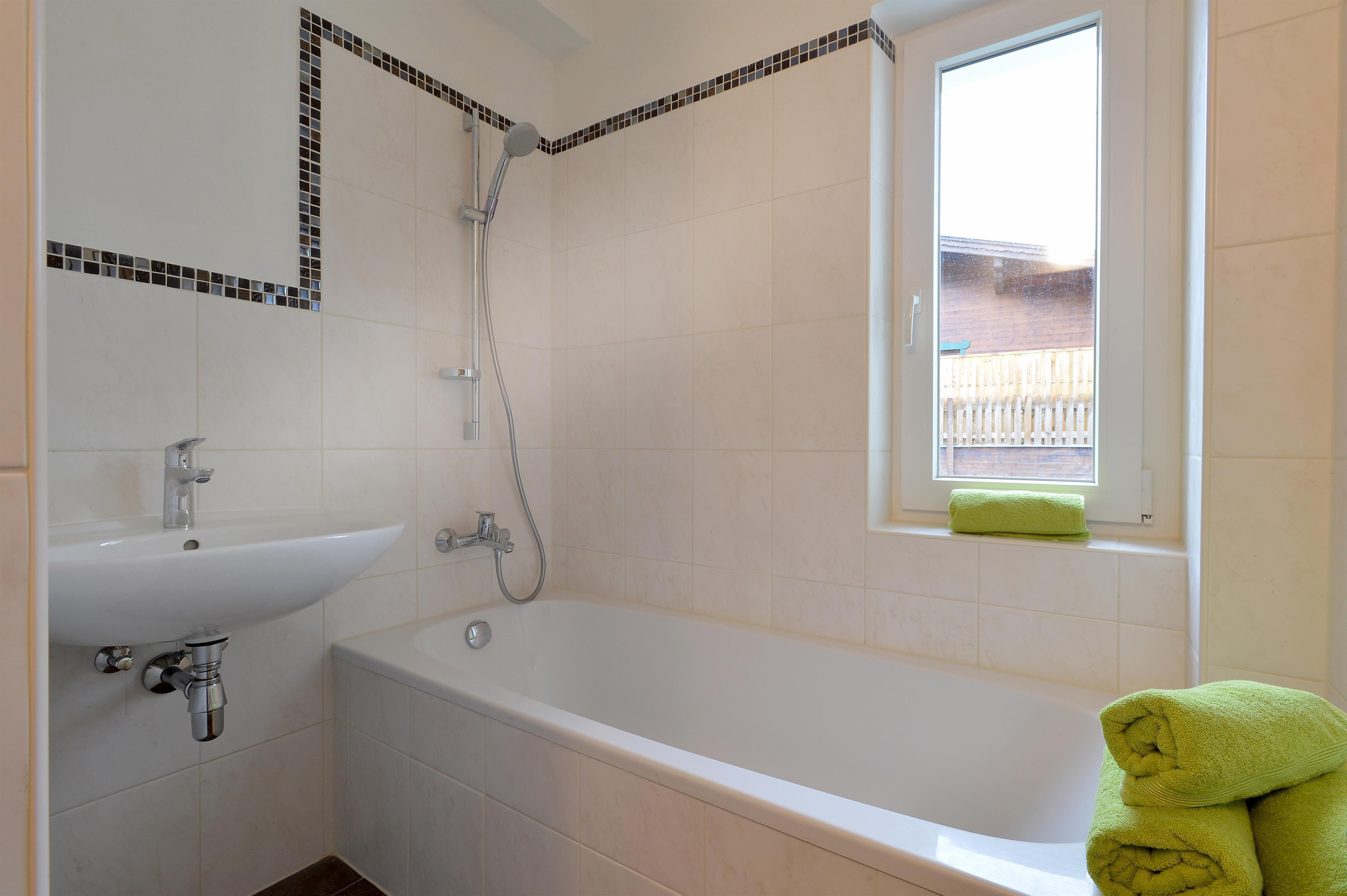 badezimmer komplett preise badezimmer komplett fliesen er set xxl angebot zehnder yucca plus. Black Bedroom Furniture Sets. Home Design Ideas